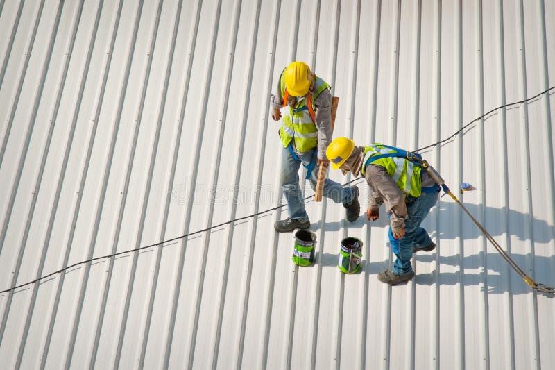 работники крыши 2 стоковые фото