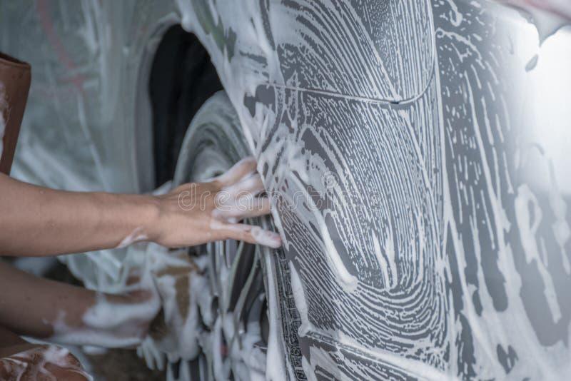 Работники моют автомобили стоковое изображение rf