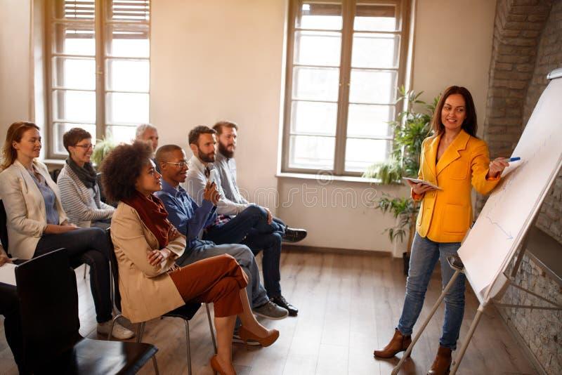 Работники на встрече стоковое изображение