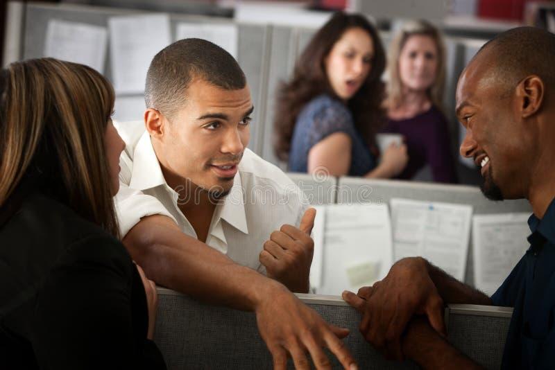 работники офиса gossiping стоковое фото rf