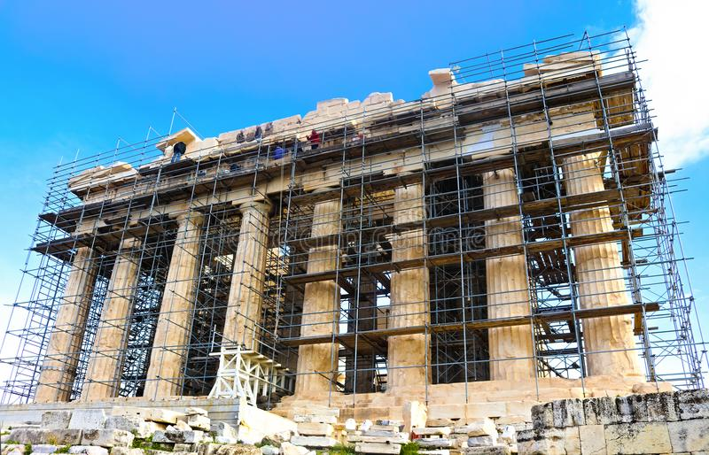 Работники поднимают высоко на scaffoling для реставрационных работ на старом Парфеноне на Accropolis в Афинах Греции 1 до 3 до 20 стоковая фотография