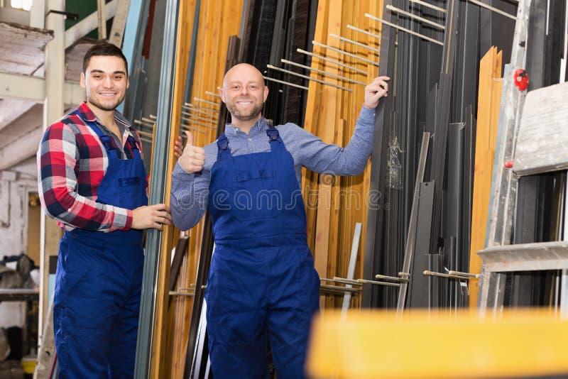 Работники представляя в магазине PVC стоковые фотографии rf