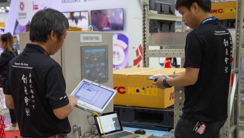 Работники приводятся в действие автоматическую панель шкафа стоковые фото