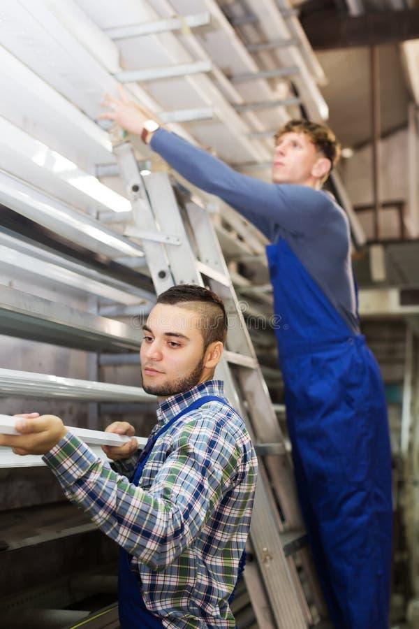 Работники проверяя оконные рамы стоковые фото