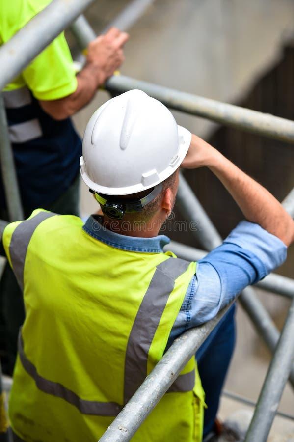 Работники проверяя строительства на ремонтине стоковые изображения