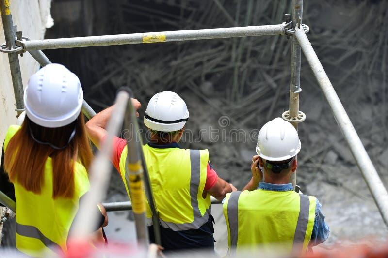 Работники проверяя строительства на ремонтине стоковое изображение rf