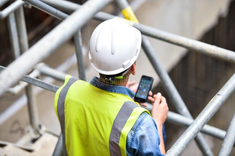 Работники проверяя строительства на ремонтине стоковая фотография