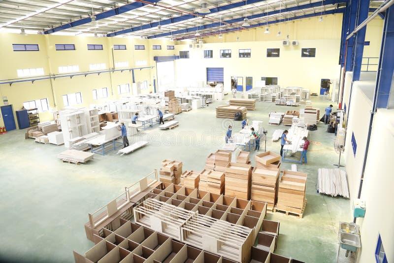 Работники работают в деревянной фабрике для экспортировать стоковое изображение