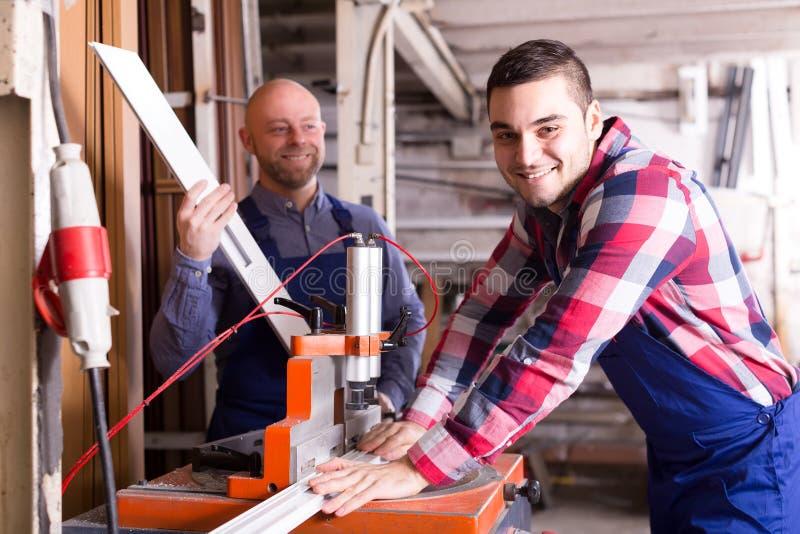Работники работая на токарном станке стоковое изображение