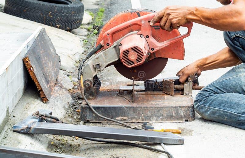 Работники режут сталь С стальными режущими инструментами стоковые фото