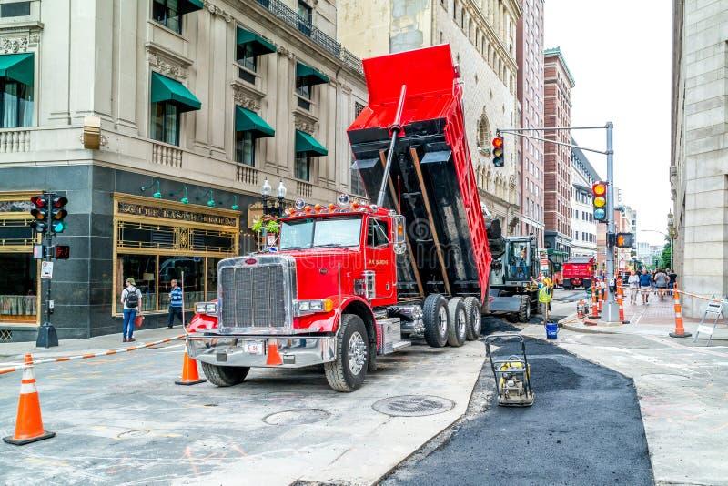 Работники ремонтируют дорогу на Бостоне, пересекать улиц Tremont и маяка, Массачусетс США, 30-ое июля 2017 стоковая фотография rf