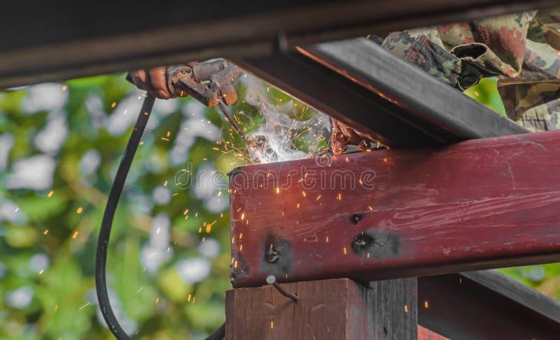 Работники сваривая стальные структуры с lifter и зоной высоты стоковое фото rf