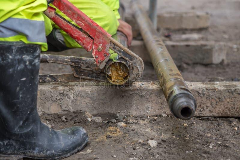 Работники снаряжения на месте берут вне образец бурового колона стоковое изображение rf