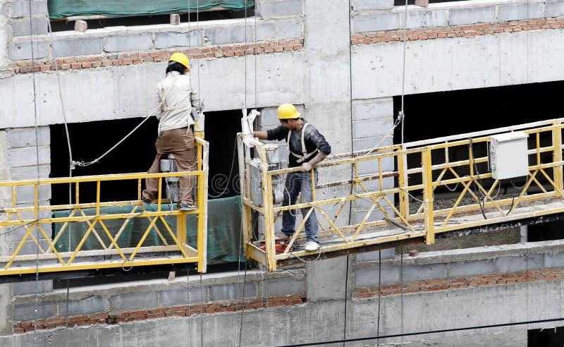 работники строительного подъемника стоковые изображения rf