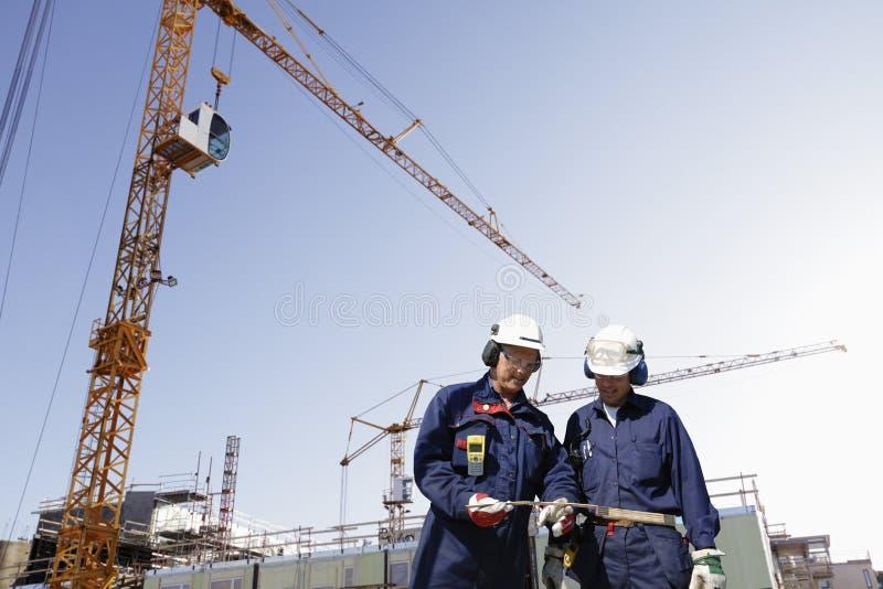работники строительной площадки здания стоковые изображения