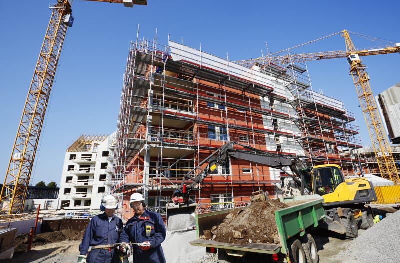 работники строительной промышленности здания стоковая фотография rf