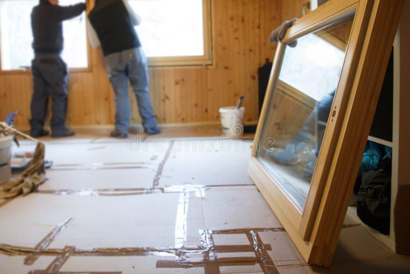 Работники устанавливая новые окна стоковая фотография