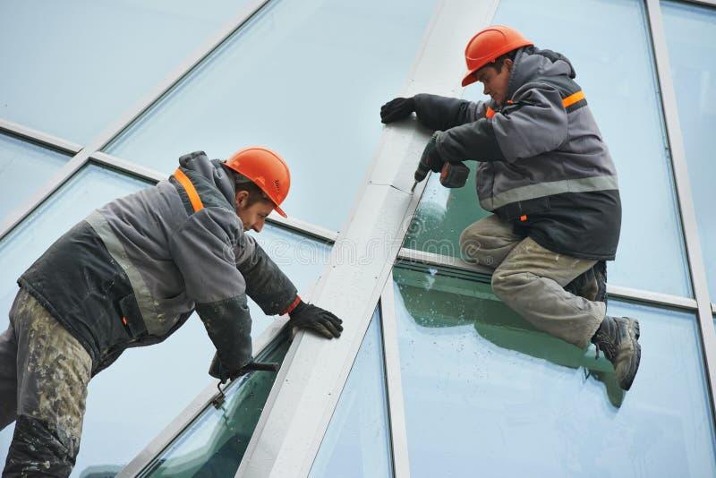 Работники устанавливая окно стоковое изображение