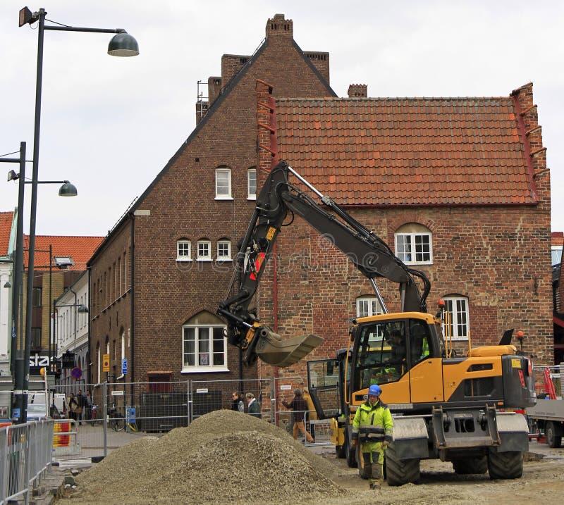 Работники улицы реконструируют один из квадратов в Лунде, Швеции стоковое изображение rf