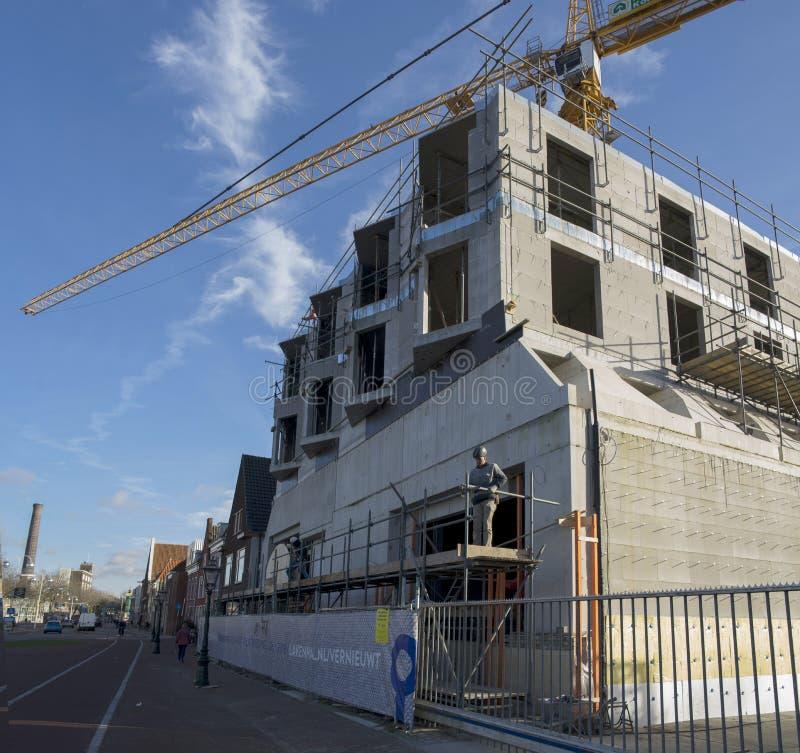 работники onstruction строя новое здание музея Lakenhal конструируют стоковые изображения