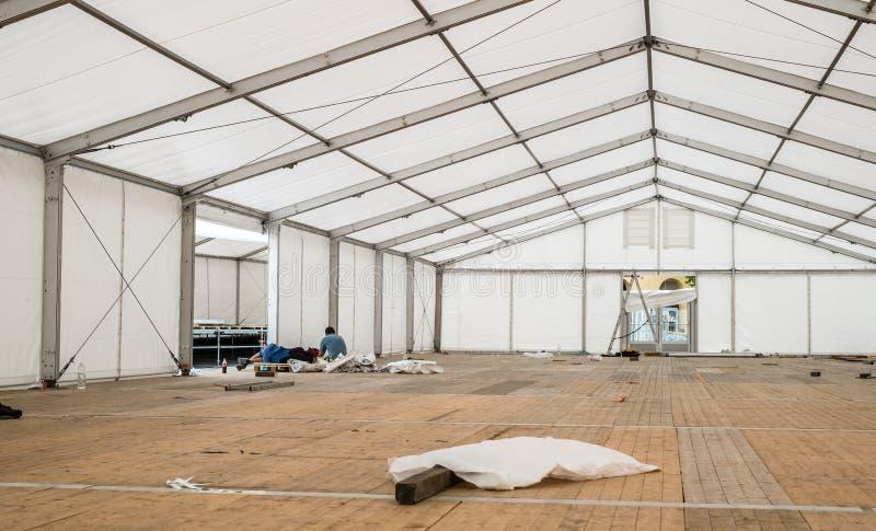 Работники sleeaping внутри ясного шатра пяди стоковое фото rf