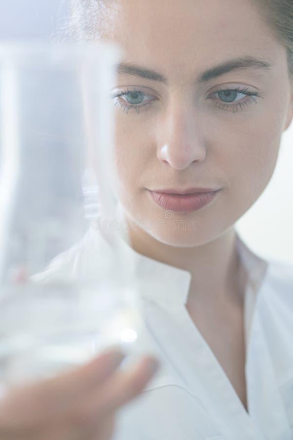 Работник лаборатории держа пробирку стоковое фото