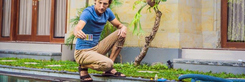 Работник бассейна проверяет бассейн для безопасности Измерение хлора и ПЭ-АШ ЗНАМЕНИ бассейна, ДЛИННОГО ФОРМАТА стоковые фотографии rf