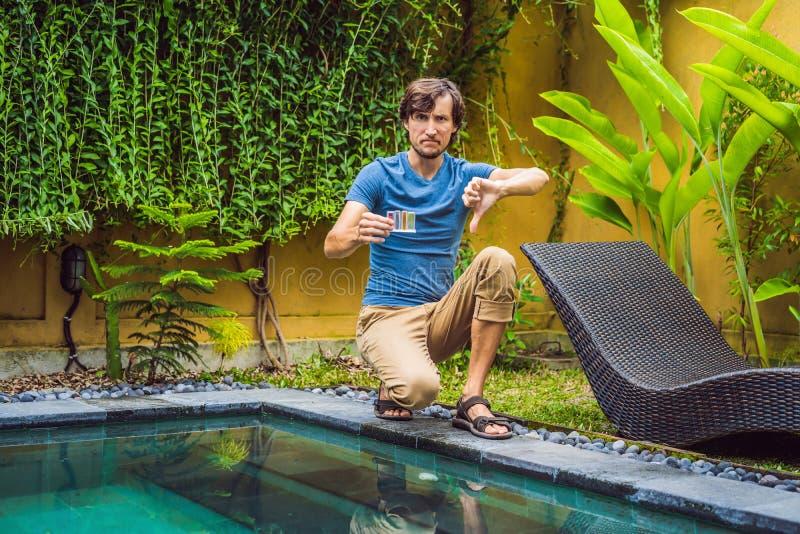 Работник бассейна совершил ошибка в химикатах бассейна стоковая фотография