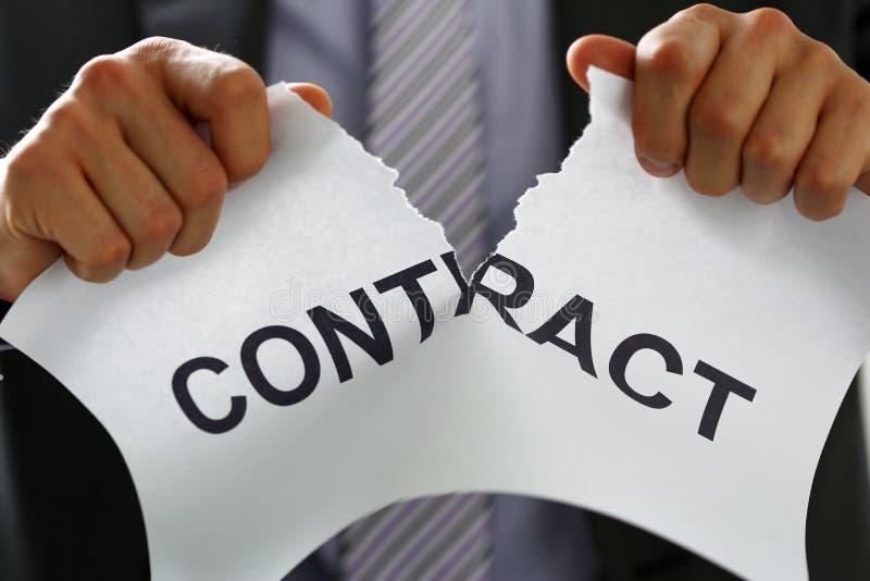 Работник белого воротника в костюме и связь срывают контракт стоковое фото