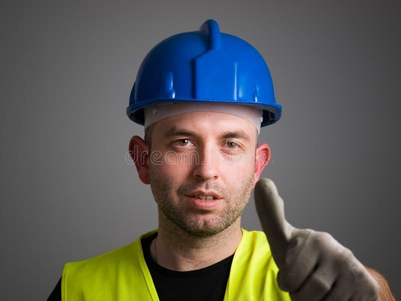 Работник выражая позитивность стоковые фото