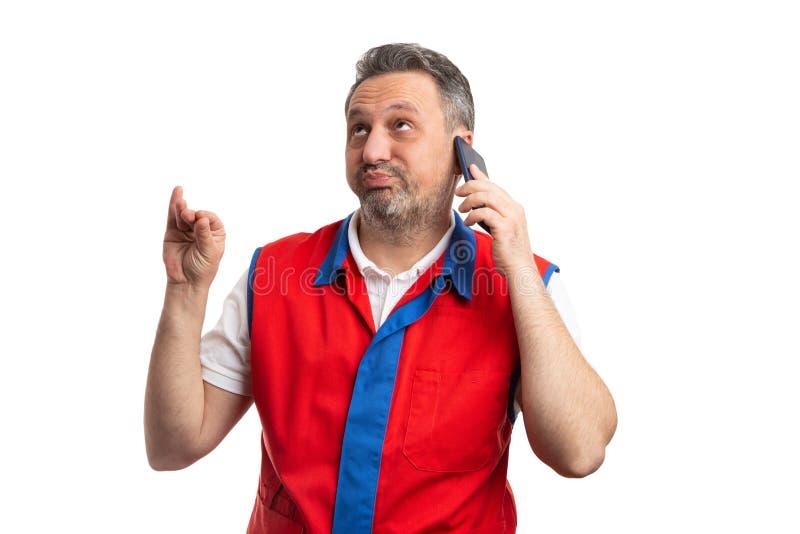 Работник гипермаркета делая скучный-скучный жест с рукой стоковые изображения