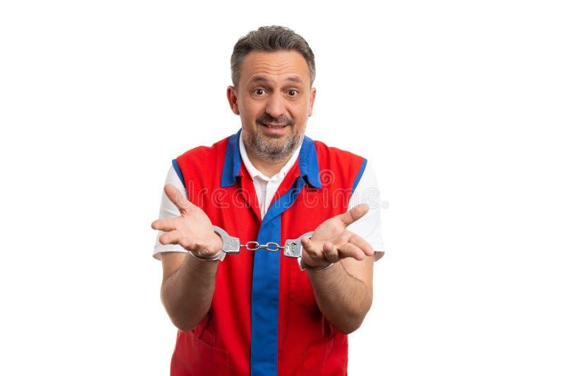 Работник гипермаркета представляя надеванные наручники руки стоковые изображения rf