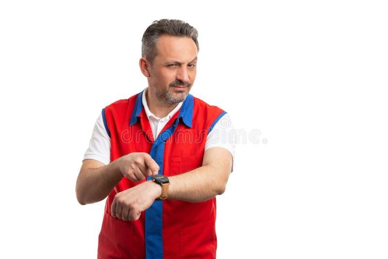 Работник гипермаркета указывая на наручные часы как осторожная концепция стоковые изображения