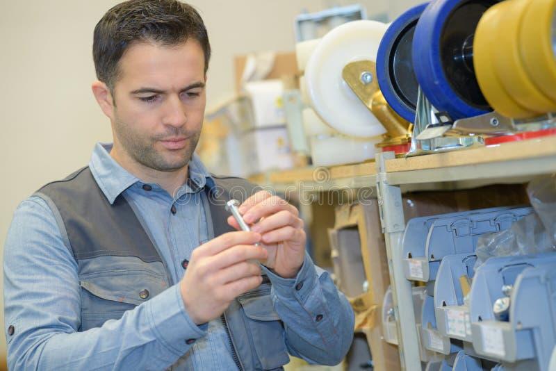 Работник держа болт металла стоковые изображения rf