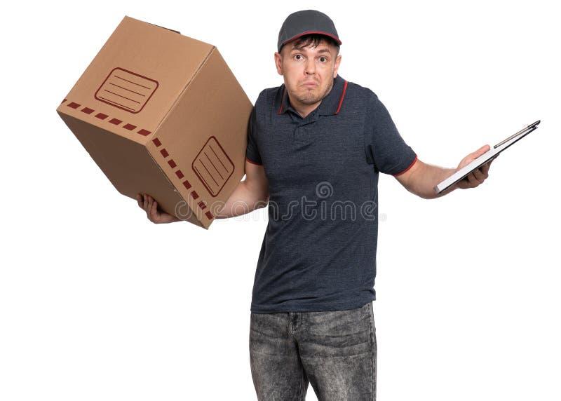 Работник доставляющий покупки на дом в крышке на белизне стоковые фотографии rf