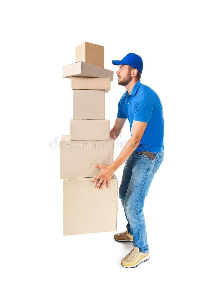 Работник доставляющий покупки на дом поднимая тяжелые картонные коробки стоковая фотография rf
