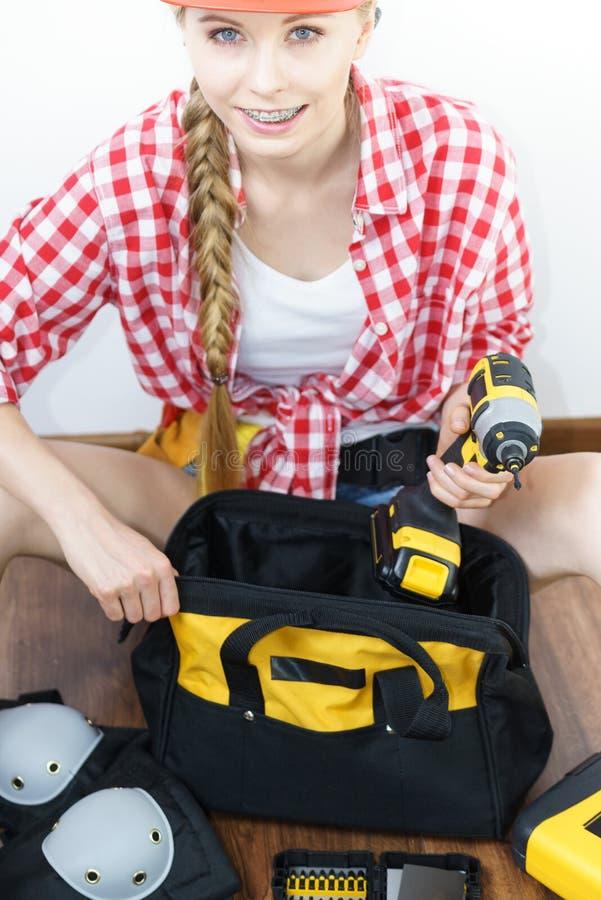 Работник женщины конструктивный с мешком с инструментами стоковая фотография