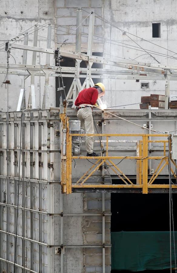 работник заварки конструкции стоковая фотография