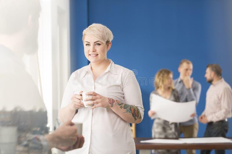Работник имея кофе стоковое изображение