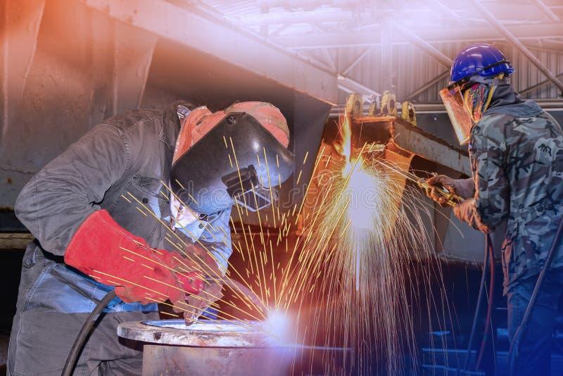Работник индустрии сваривая стальную или сваривая фабрику для ремонта корабля в верфи стоковое фото