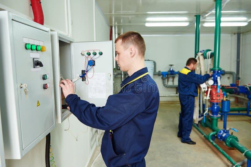 Работник инженера электрика стоковое фото rf