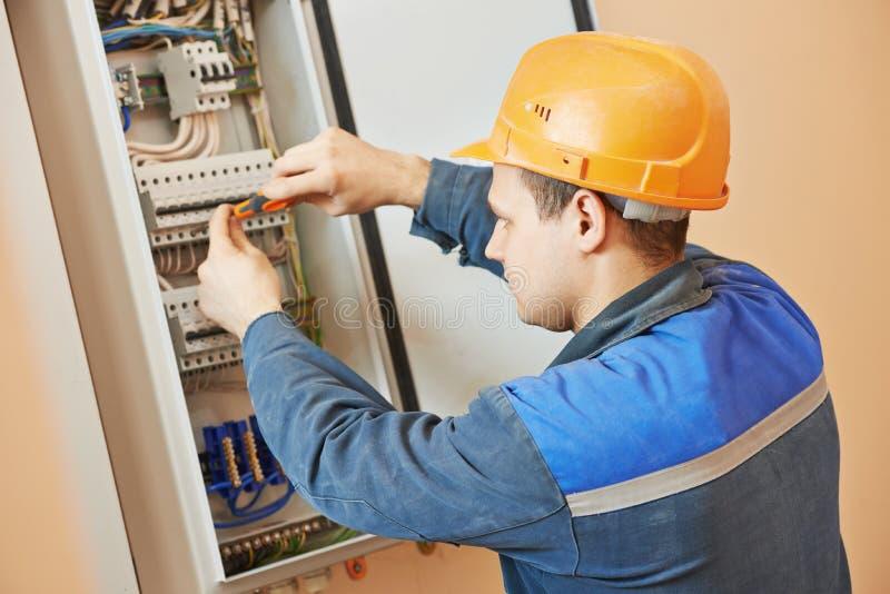 Работник инженера электрика стоковое изображение rf