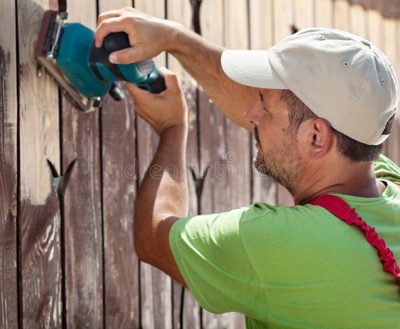 Работник используя вибрируя машину шлифовального прибора стоковые фотографии rf