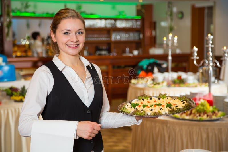 Работник или официантка ресторанного обслуживания с подносом закусок стоковое фото