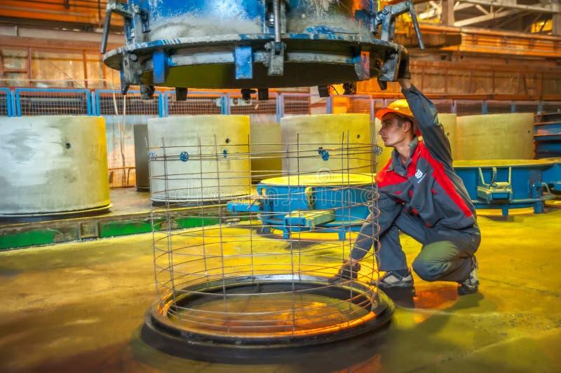 Работник контролирует процесс делать блок круга стоковые фотографии rf