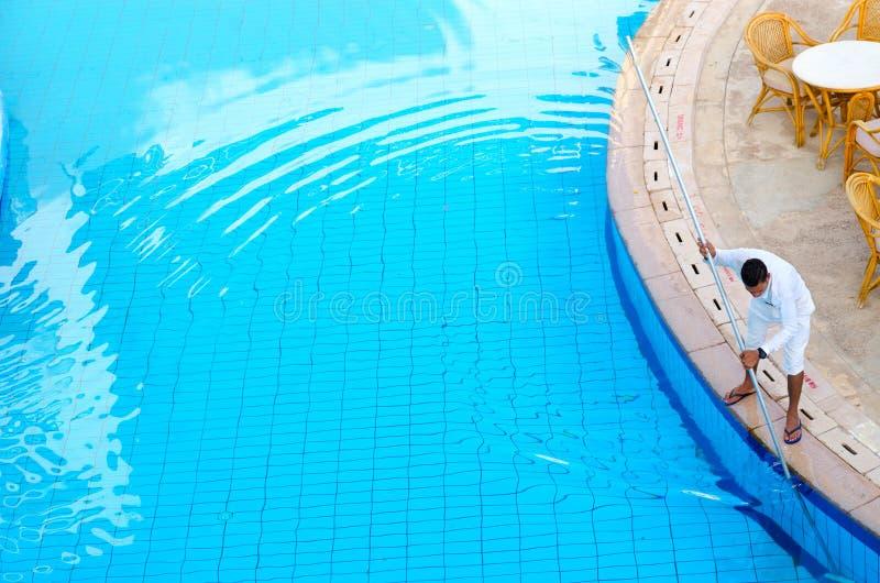 Работник курорта 5 Siva Sharm бывшего Savita гостиницы * очищает бассейн, Sharm El Sheikh, Египет стоковые фото