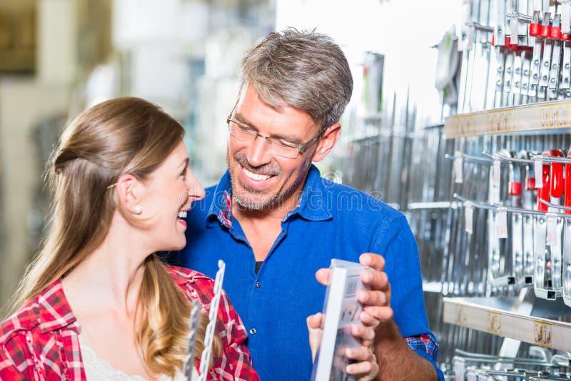 Работник клиента порции магазина оборудования в departme ironware стоковые фотографии rf