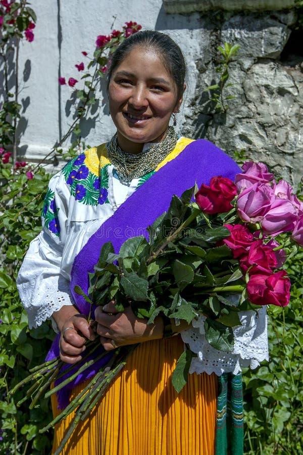 Работник на плантации роз Compania Ла крупного поместья около Cayambe в эквадоре с свеже выбранными розами стоковые фотографии rf