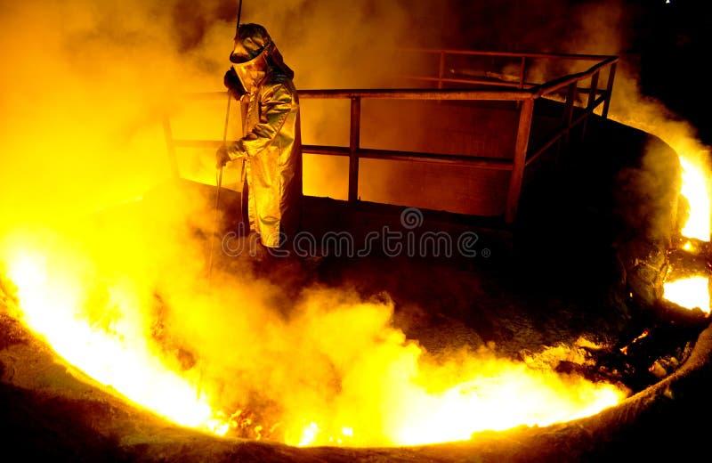 Работник обрабатывает жидкостную сталь стоковое изображение