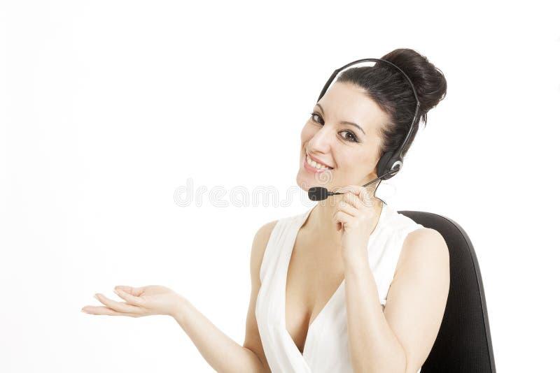 Работник обслуживания клиента женщины, оператор центра телефонного обслуживания усмехаясь с стоковые фотографии rf